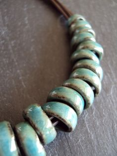 Collier multiples anneaux en faïence / turquoise / : Collier par fanny-chevallier