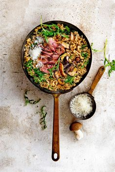 mushroom risotto with duck and arugula Great Recipes, Dinner Recipes, Favorite Recipes, Healthy Recipes, Healthy Food, Mushroom Risotto, Delicious Magazine, Arugula, Side Dishes