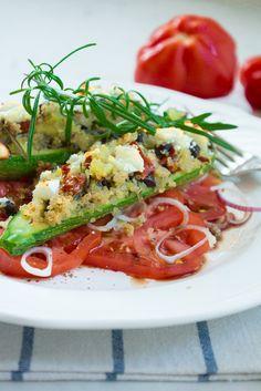 Gefüllte Zucchini auf Tomatensalat