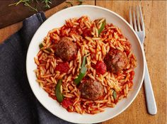 Looking for an authentic Italian recipe? Try Barilla's step-by-step recipe for Barilla® Skillet Meatballs and Orzo for a delicious meal! Barilla Recipes, Pasta Recipes, Jambalaya, Orzo, Greek Recipes, Italian Recipes, Crockpot, Slow Cooker, Kitchens
