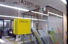 Working Bankia. Placas realizadas en cubo de madera lacada y plancha de metacrilato Wooden Cubes, Planks