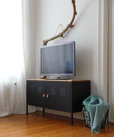 Aus altem IKEA PS-Schrank wird eine schlichte, aber dennoch schicke TV-Bank im Industrial Style. Das DIY zum IKEA-HACK gibt's auf: www.mintundmeer.de
