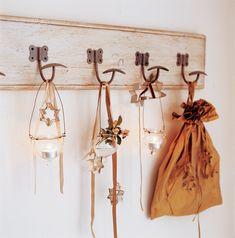 Perchero de pared decorado con velas colgantes y estrellas a modo de guirnalda navideña