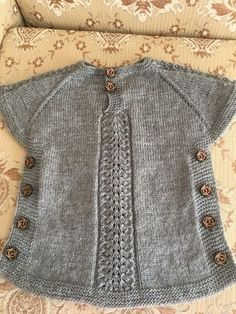 This Pin was discovered by Auš Grey and white baby cardigan no pattern just a suggestion f Benzer Çalışmalar No related posts. Poncho Knitting Patterns, Baby Hats Knitting, Cardigan Pattern, Knitted Poncho, Knitted Hats, Cardigan Bebe, Baby Cardigan, Girls Sweaters, Baby Sweaters