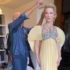 "209 curtidas, 1 comentários - Queen Cate Blanchett (@cate_blanchett_myqueen) no Instagram: ""#Repost @robertvetica *************************************+ Finishing touches #goldenglobes2020  C…"" Cate Blanchett, Queen, Golden Globes, Holi, Ruffle Blouse, It Is Finished, Saree, Instagram, 1"