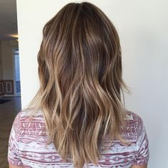 """Flattering Balayage Hair Color Ideas for 2019 Something more """"done"""" than this. medium layered haircut with balayage highlightsSomething more """"done"""" than this. medium layered haircut with balayage highlights Hair Color Highlights, Hair Color Dark, Balayage Highlights, Dark Hair, Subtle Balayage, Auburn Balayage, Chunky Highlights, Caramel Highlights, Caramel Color"""