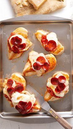 A sheet pan pizza chicken meal that will satisfy your family's pizza cravings but without any of the carbs. Chicken Pizza, Baked Chicken, Chicken Recipes, Toast Pizza, Meals In A Jar, Sheet Pan, Stuffed Peppers, Cooking, Jar Recipes
