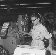1959 Safeway clerk Mode Vintage, Vintage Shops, Retro Vintage, Vintage Vibes, Old Pictures, Old Photos, Vintage Pictures, Vintage Images, Nostalgia