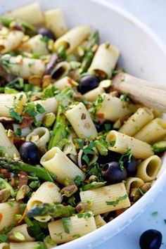 This recipe for a vegan Mediterranean pasta with olives, pistachios, asparagus, and mushrooms is easy, delicious and very fast to prepare. Salmon Recipes, Veggie Recipes, Pasta Recipes, Vegetarian Recipes, Cooking Recipes, Delicious Vegan Recipes, Healthy Recipes, Pasta With Olives, Pasta Facil