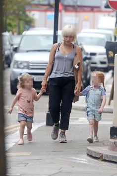 Lily Allen wears no makeup as runs errands with her daughters
