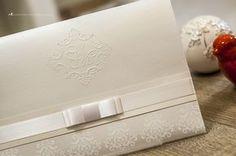 Convite de casamento com brasão exclusivo e laço Chanel.