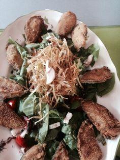 Ensalada de acelgas champiñones, queso azul, ajo puerro tostado ,aceitunas negras tostadas y mejillones tigres