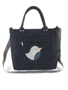 Ozdobą tej torebki jest ptaszek na przedniej kieszeni.   Torebka została uszyta ze stabilizowanego filcu o grubości 4 mm. Dzięki temu zachowuje swój kształt.  Do noszenia w ręce i na skos, do...