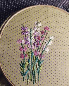 Lavandas #bordadosmarinamendonca #bordados #cores #embroidery #anchor #linhaseagulhas #arteterapia #bordado #artesanato #saquinhodetecido #organizadores #organize #pontohaste #pontocheio #handmade #cores #feitopormim #feitoamao #tecido