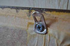 Truco de bricolaje para colgar cuadros con anillas de latas