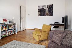 Wohnzimmer Mit Dielenboden Und Gelbem Sessel In Berlin Prenzlauer Berg 2 Zimmerwohnung