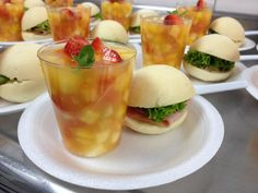 salpicon de frutas con jugo de piña infusionado con hierbabuena y naranja / mini sandwich de jamon y queso con miel mostanesa