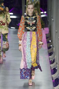 The complete Gucci Fall 2017 Ready-to-Wear fashion show now on Vogue Runway. Gucci Fashion, Fashion Week, Fashion 2017, World Of Fashion, Runway Fashion, High Fashion, Winter Fashion, Womens Fashion, Fashion Trends