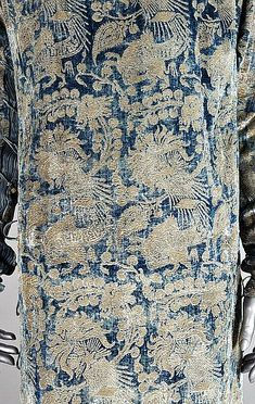 Buy online, view images and see past prices for A fine and rare Mariano Fortuny stencilled velvet. Invaluable is the world's largest marketplace for art, antiques, and collectibles. Dora, Vintage Outfits, Vintage Fashion, Pleated Fabric, Murano Glass Beads, Medieval Fashion, Fabulous Fabrics, Mid Century Modern Art, Pattern Fashion