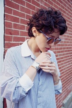 Check Out 21 Short Curly Pixie Hairstyles We Love. The pixie hairstyles are the best idea for a new style of summer. Short Curly Pixie, Curly Pixie Hairstyles, Modern Short Hairstyles, Short Curly Haircuts, Cool Hairstyles, Hairstyle Short, Haircut Short, Wavy Pixie Haircut, Girl Haircuts