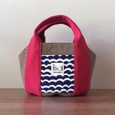 nicomito新作リバーシブルのコロンとした形のトートバッグです。表と裏で表情が変わるので、シチュエーションに合わせてお使いいただけます。特殊ワッシャー加工が施されており、独特のシワが雰囲気のある柔らかな質感の8号帆布を使ったトートバッグ。表裏とも帆布を使用し、独自の製法により、マチが広く底面積が大きいので、丈夫で型くずれしません。 通勤時に必要なお弁当、ペットボトル、長財布、ポーチなどきっちり入ります。ポケットは手刺繍を施しています。持ち手は半分に折って使用していただくと持ちやすいです。外側と内側に2つずつポケットがあり、ナスカンもついているので鍵なども取り出しやすくなっています。なお、ナスカンがついている紐の色は写真と異なる場合がございます事をご了承下さい。*全てを手作業で製作しておりますので、作品ごとに色、形がわずかに異なる一点物としてご理解下さいませ。*お色につきまして、手作業によるウオッシュ加工の生地を仕様しておりますので、写真との色ブレがございます。また、画面上と実物では色が異なって見える場合がございます。ご不明な点がありましたら、お気軽にお問い合わせください。…