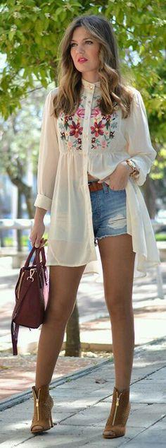 Tres estilos de look con la misma blusa con vuelo y hombros