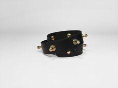 Pulsera doble o collar, realizada en piel de vaqueta color negro.
