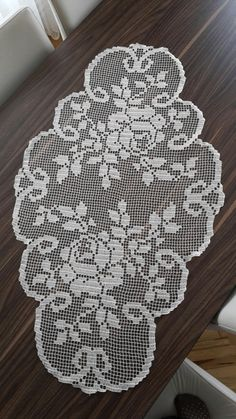 HUZUR SOKAĞI (Yaşamaya Değer Hobiler) Crochet Table Topper, Crochet Table Runner, Crochet Tablecloth, Crochet Carpet, Crochet Home, Vintage Crochet Patterns, Crochet Designs, Crochet Dollies, Crochet Flowers