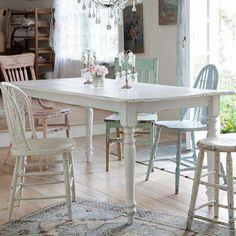 meubles shabby chic, table blanche rectangulaire et chaises rétro repeintes