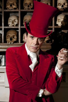 Dandies do it better. Look at his motherfucking top hat. queering: Marieaunet: Sebastian Horsley the last dandy died Beau Brummell, Desi Arnaz, Theatre Costumes, Man Ray, Tie And Pocket Square, Sharp Dressed Man, Illustrations, Red Hats, Shades Of Red