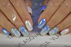 Идея дизайна ногтей с радужным неоновым пигментом Aurora Mirror