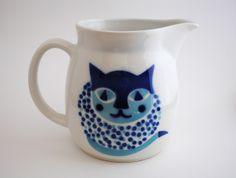 Vintage pitcher designed by Kaj Franck for the Finnish company, Arabia Vintage Cat, Vintage Style, Water Pitchers, Cat Mug, Blue Cats, Vintage Kitchen, Finland, Tea Party, Mid-century Modern