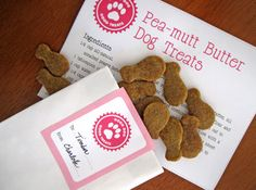 Free printable dog adoption kit in pink or blue! This sweet set includes a certificate of adoption, printable circles, a dog treat recipe, and treat bag tags. Pet Christmas Presents, Homemade Christmas Gifts, Homemade Gifts, Diy Presents, Handmade Christmas, Christmas Ideas, Shih Tzu, Puppy Treats, Puppy Party
