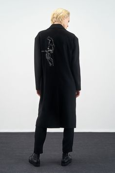 The complete Y's Pre-Fall 2019 fashion show now on Vogue Runway. Vogue, Dress Silhouette, Draped Dress, Yohji Yamamoto, Fashion Show Collection, Models, Get Dressed, Timeless Fashion, Editorial Fashion