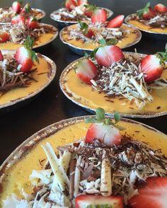 Amerikansk cheesecake med cookies och vit choklad toppas med passion #sockermajas #Fredagskassen #bakverk #hästevik #göteborg