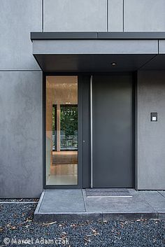 Monolith in Anthrazit Monolithe à Anthrazit - Düsseldorf: CUBE Magazin moderne Modern Entrance Door, Modern Front Door, Front Door Entrance, Front Door Design, Front Entrances, House Entrance, Entry Doors, Entrance Design, Casa Kardashian