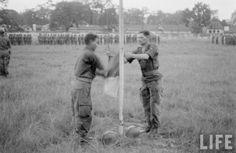 10 octobre 1954. Cérémonie de la dernière descente du drapeau devant la citadelle de Hà Nội par un détachement de légionnaires,  mettant fin à l'occupation de Hanoi par les Français depuis 1883. Indochina war. Guerre Indochine.