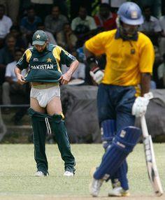 viSHNu's Personal Blog: Funny Cricket Pics. not lookin