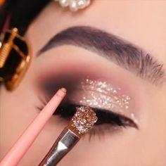 Smoke Eye Makeup, Glitter Eye Makeup, Eye Makeup Steps, Eye Makeup Art, Eyeshadow Makeup, Daily Makeup, Bridal Eye Makeup, Glitter Lips, Makeup Brush