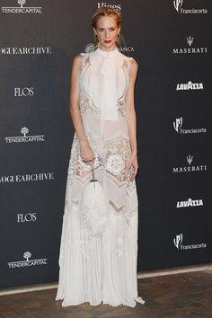 Poppy Delevingne luciendo un long white dress semitransparente cuajado de encajes firmado por Roberto Cavalli.