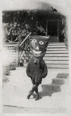 """odditiesoflife: """"Creepy Vintage Halloween Photographs These wonderfully creepy images of Halloween's past come from the book, Haunted Air. The book features dozens of anonymous vintage Halloween. Coastumes Halloween Effrayants, Mascaras Halloween, Masque Halloween, Creepy Halloween Costumes, Halloween Pumpkins, Halloween History, Photos D'halloween Vintage, Vintage Halloween Photos, Halloween Pictures"""