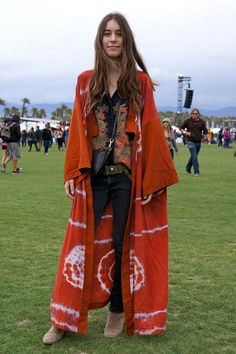 Danielle Haim - Style and Lyrics - Coachella Street Style - Discover More Street Style - Elle Looks great on her, good cover. Hippie Chic, Hippie Style, Mode Hippie, Bohemian Mode, Gypsy Style, Bohemian Style, Boho Chic, Boho Gypsy, Festival Looks