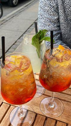 Fancy Drinks, Summer Drinks, Think Food, I Love Food, Aesthetic Food, Food Cravings, Foodies, Alcoholic Drinks, Food Porn