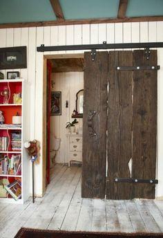 vieille porte en bois en contraste avec l'intérieur en bois clair