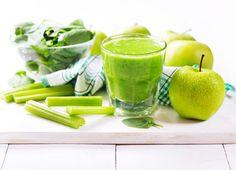 Appel bleekselderij smoothie  Dit heb je nodig: Voor twee smoothies  2 groene appels 6 stengels bleekselderij 3cm verse gember     Zo maak je het: Was als eerste de appels en bleekselderij. Snij vervolgens de appels in vier partjes. Stop de appel, bleekselderij en gember in de sapcentrifuge of blender. Schenk de helder groene sap in twee grote glazen.  Geniet van deze frisse groene smoothie!