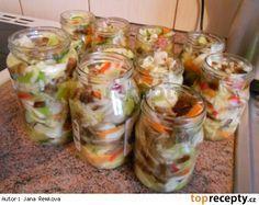 Čalamáda moc dobrá 1x hlávka zeli, 2x zelená paprika, 2x červená paprika, 2x žlutá paprika, 3x cibule, 5x mrkev, 4 dcl octa, 3 dcl oleje, 40 dkg cukr krystal, 14 dkg soli Vše nakrájet na nudličky. Přidat cukr, sůl, ocel a olej. Nechat do druhého dne odležet. Zelenina pustí šťávu a tak není potřeba žádný nálev. Zavařovat na 80°C 25 minut Czech Recipes, Ethnic Recipes, Y Recipe, European Dishes, Canning Food Preservation, Good Food, Yummy Food, Homemade Pickles, Tomato Vegetable