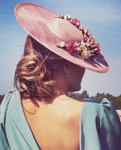 Pamela raffia adorned with oriental style flowers Pamela Bliss - Cherubina Wedding Guest Style, Wedding Looks, Wedding Hats, Headpiece Wedding, Head Accessories, Wedding Accessories, Fascinator Hats, Fascinators, Headpieces