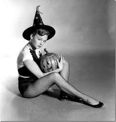 Image from https://wiggleroommtl.files.wordpress.com/2013/10/vintage-halloween29.jpg.