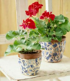 6.  You can lend sentimental value to your mosaic work by using an old dish set, or turn an accident into a blessing by giving new life to a broken treasured memento. Here, classic Blue Willow china creates a pleasing two-color combination on pots.