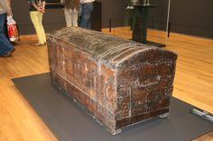 Amsterdam - Rijksmuseum. De boekenkist waarvan aangenomen wordt dat hij gebruikt is bij de ontsnapping van Hugo de Groot uit Slot Loevestein in 1621, nadat hij al bijna 2 jaar van zijn levenslange gevangenisstraf had volbracht. Overigens wordt dat ook gezegd van een exemplaar in het Prinsenhof inDdelft. Foto: G.J. Koppenaal - 24/9/2013